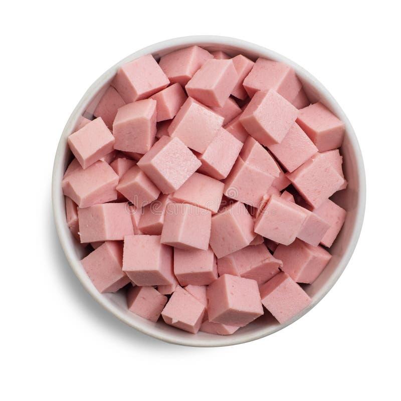 Coupe bouillie de saucisse en cubes dans la cuvette d'isolement sur le fond blanc Vue supérieure photographie stock libre de droits