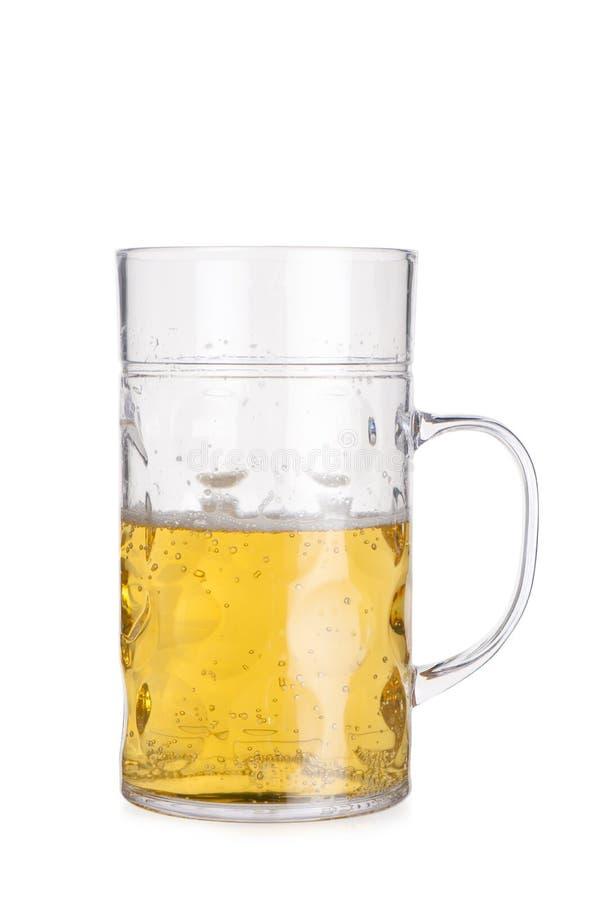 Coupe-circuit de Crystal Mug Half-Filled grand avec de la bière photographie stock libre de droits