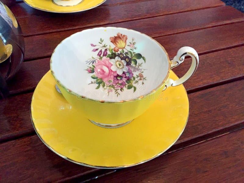 Coupe colorée avec fleur images stock