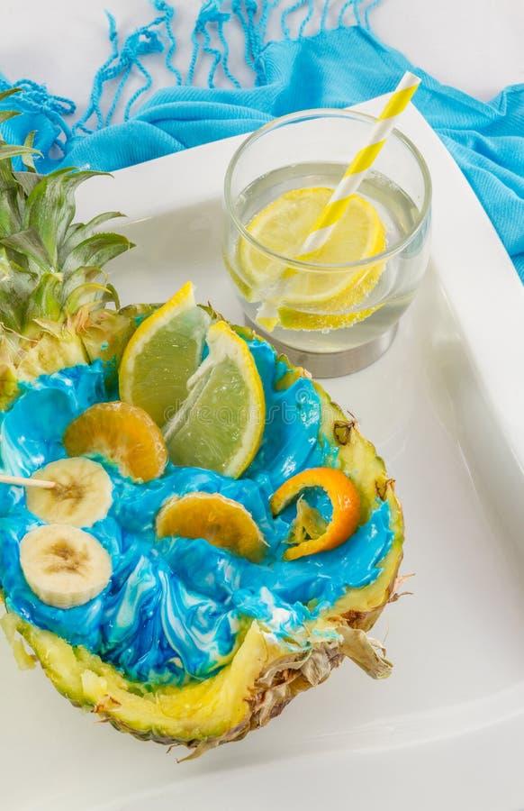 Coupe d'ananas dans la moitié avec le closeu découpé en tranches de coctail de fruit et de citron photographie stock libre de droits