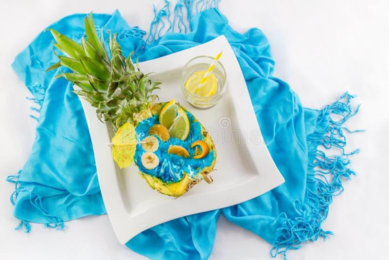 Coupe d'ananas dans la moitié avec le principal découpé en tranches vi de coctail de fruit et de citron photos libres de droits