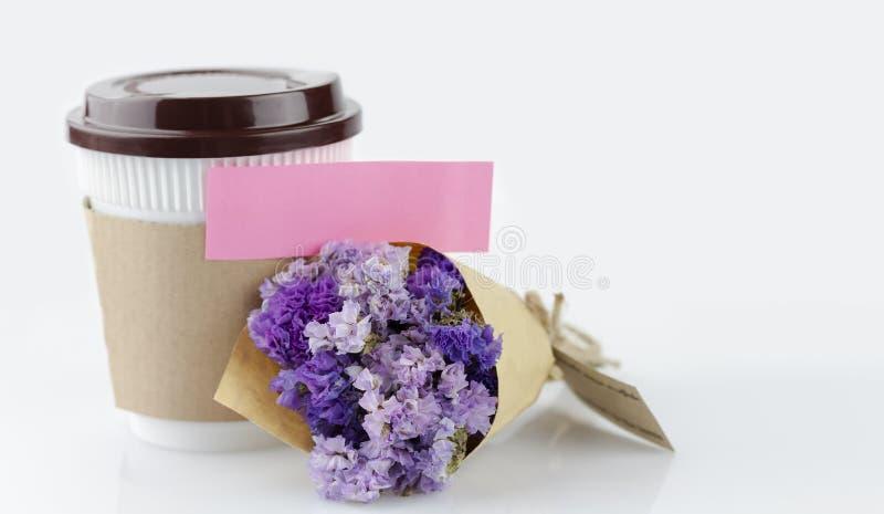 Coupe de café avec bouquet de fleur en tôle violette sur table blanche avec espace de copie pour votre texte ou image photo stock