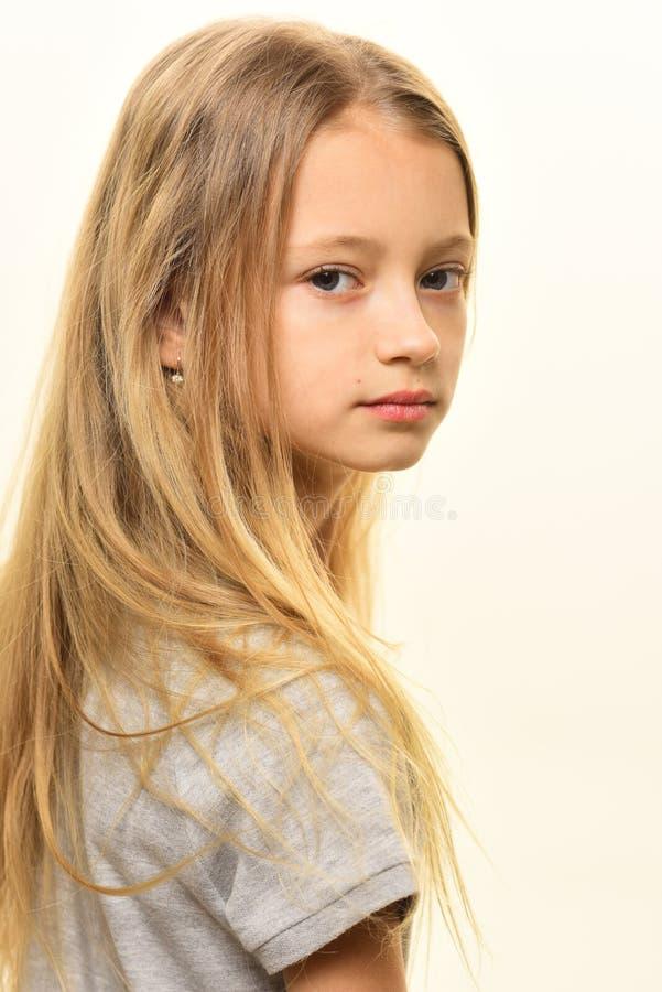 coupe coupe de cheveux à la mode pour la petite fille coupe de cheveux blonde de jolie fille Mode de coupe de cheveux images libres de droits