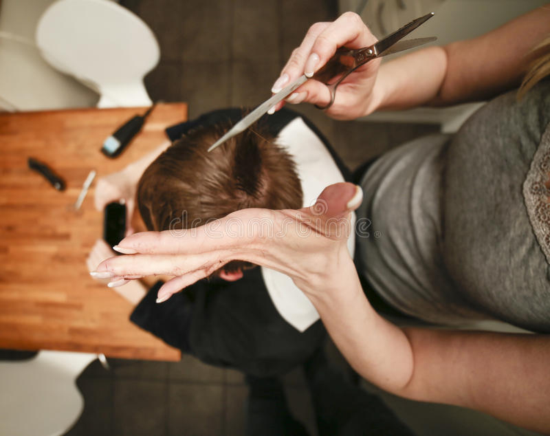 Coupe de cheveux adolescente photo libre de droits