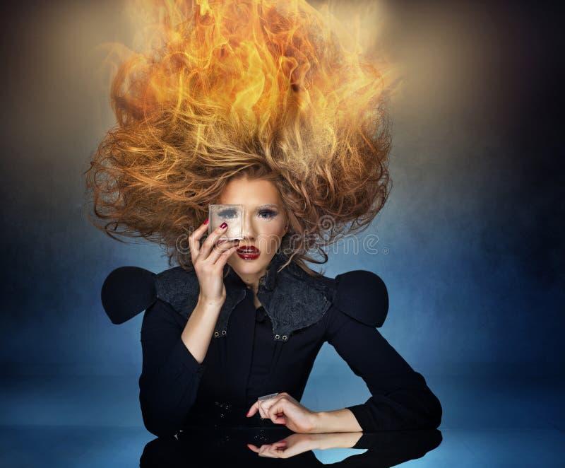 Coupe de cheveux de flamme d'une dame attirante photographie stock