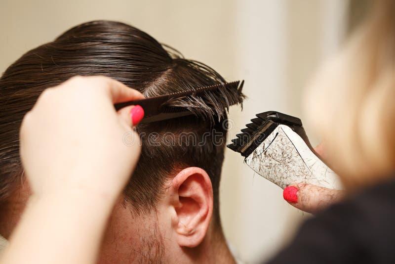 Coupe de cheveux du ` s d'hommes images stock