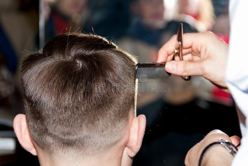 Coupe de cheveux professionnelle photo libre de droits