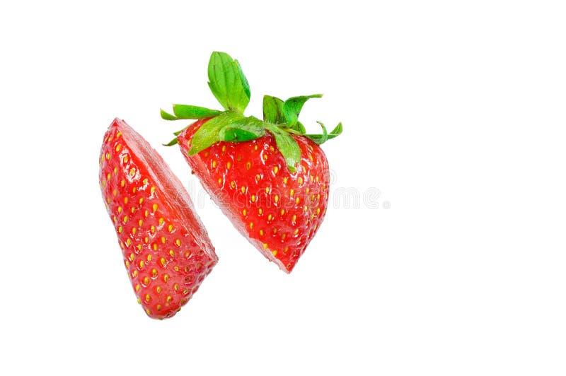 Coupe de fraise dans les morceaux d'isolement sur un fond blanc photographie stock