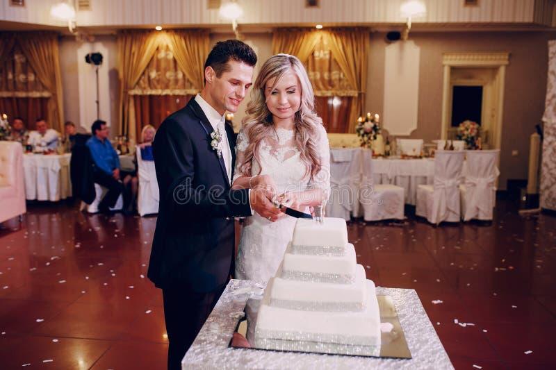 Coupe de gâteau de mariage photo libre de droits