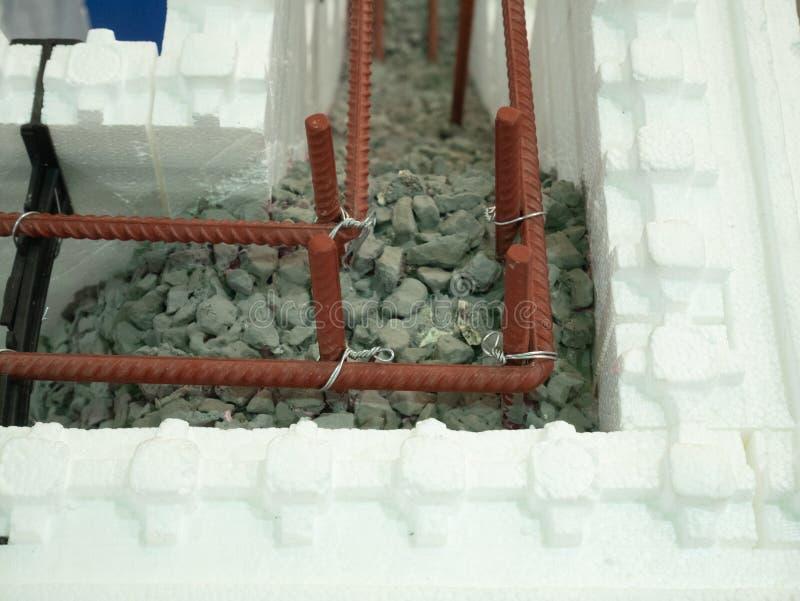 Coupe de mur de mousse de styrol avec le remplissage concret renforcé blindé photo stock