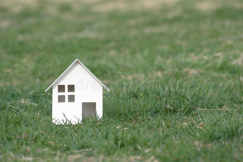 Coupe de papier de maison sur le fond de nature avec l'espace de copie image libre de droits
