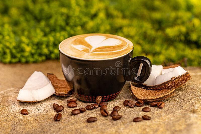 Coupe de savoureux café à la noix de coco photographie stock libre de droits