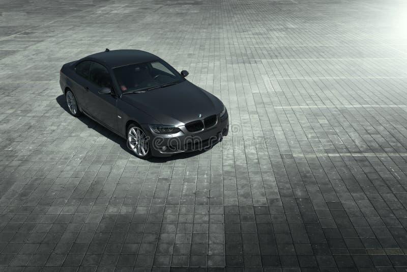Coupe E92 BMW автомобиля стоя на месте для стоянки sett пустом на дневном времени стоковые фото