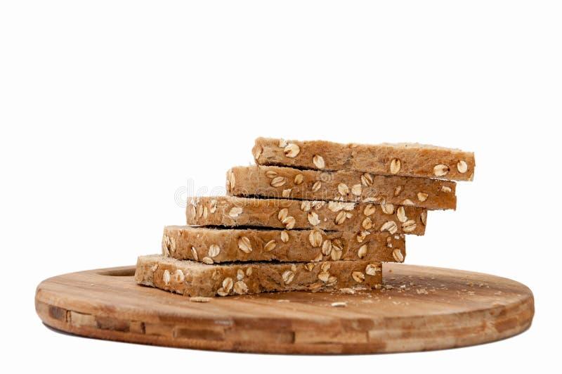 Coupe en tranches le pain noir de céréales saines photo stock