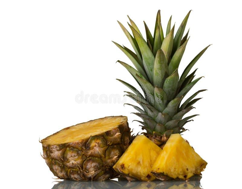 Coupe fraîche juteuse d'ananas en tranches d'isolement sur le blanc photographie stock