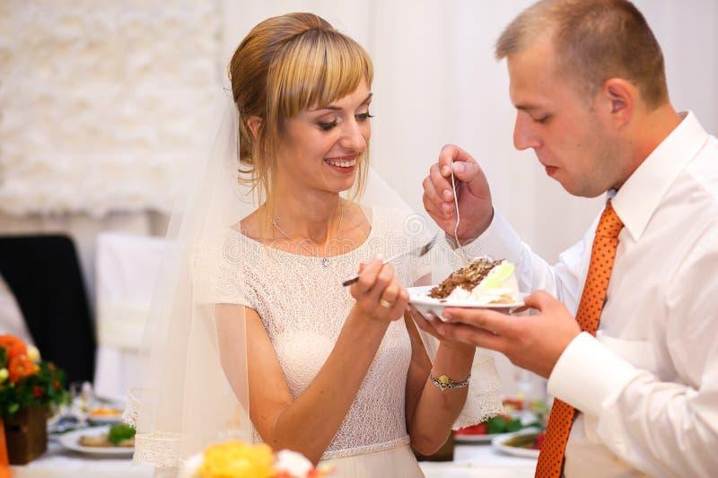 Coupe heureuse élégante de jeunes mariés et weddi fabuleux d'échantillon photos stock