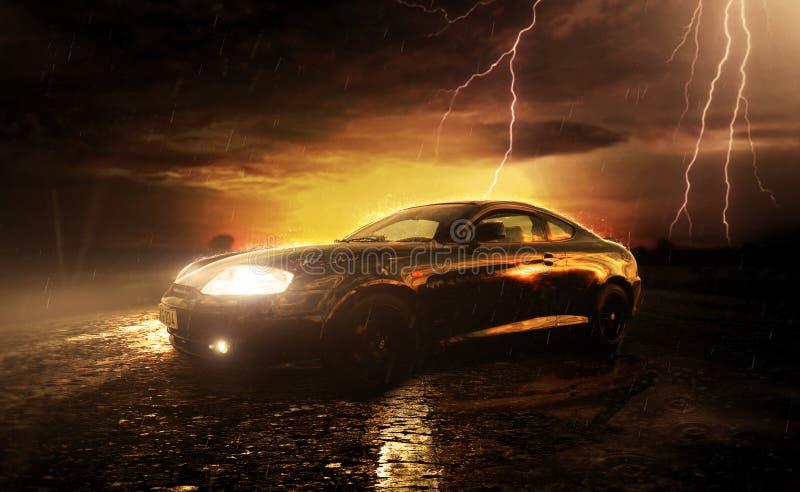 Coupe hyundai спортивной машины в дожде захода солнца стоковые фотографии rf