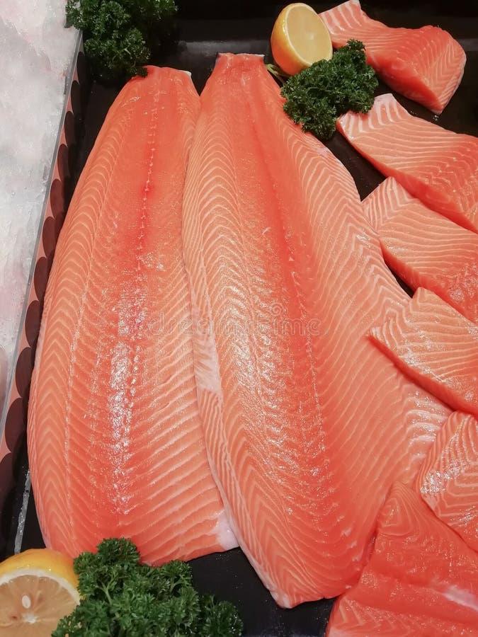 Coupe japonaise de nourriture de poissons saumonés en morceaux photos stock