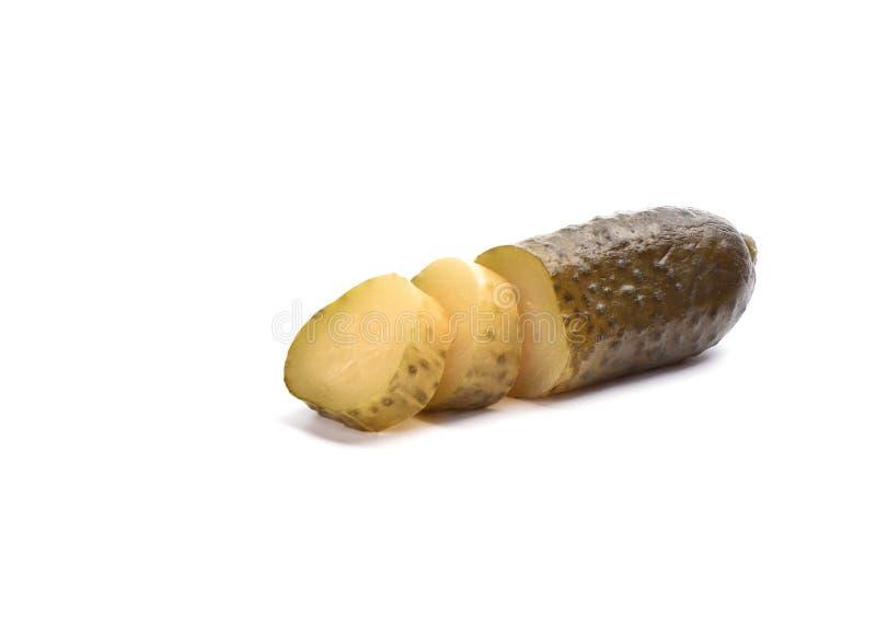 Coupe marinée de concombre en tranches d'isolement sur un fond blanc Salaison du concept photos libres de droits