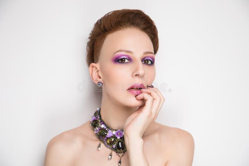 Coupe parfaite de cheveux courts de visage de femme image libre de droits