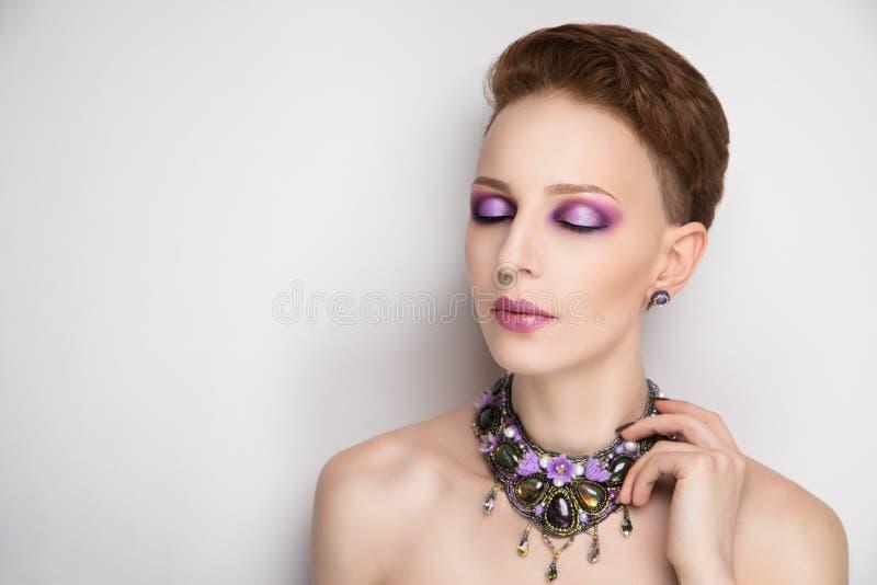 Coupe parfaite de cheveux courts de visage de femme images libres de droits