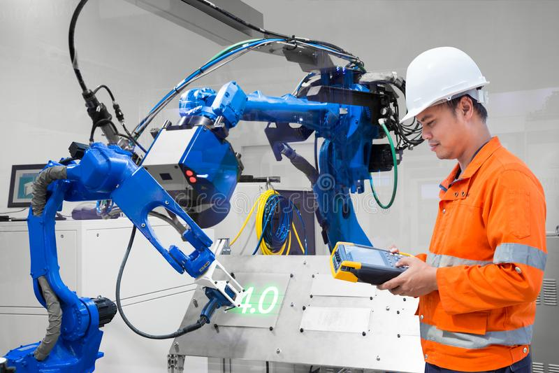 Coupe robotique de laser de contrôle de programmation d'ingénieur sur la plaque de métal, industrie 4 Le mot de couleur rouge sit photo libre de droits