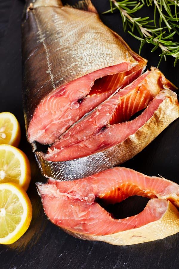 Coupe saumonée sauvage fumée en biftecks, vue verticale photographie stock libre de droits