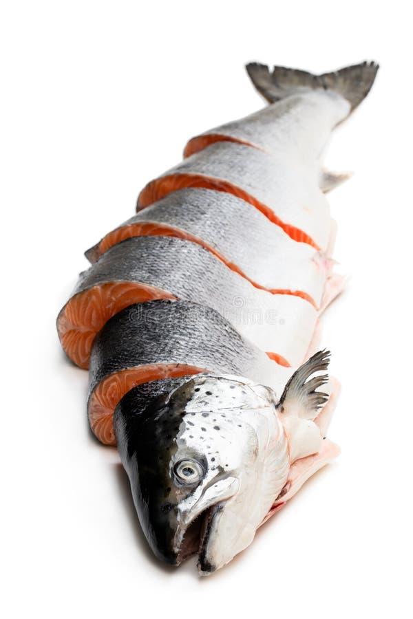Coupe saumon?e crue enti?re fra?che en tranches sur le blanc photographie stock