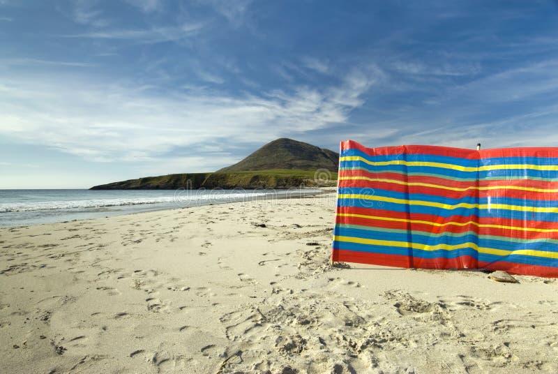 Coupe-vent utilisé à la plage, Hebrides externe, Ecosse photo libre de droits