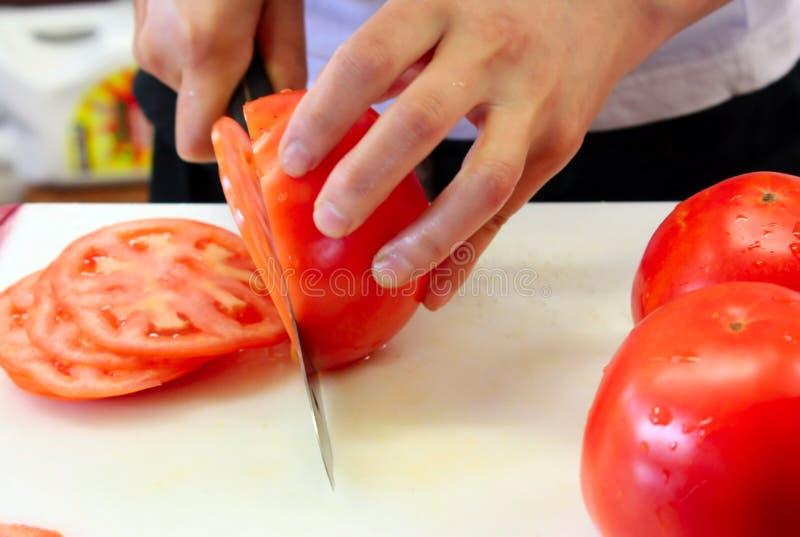 Couper en tranches des tomates photographie stock
