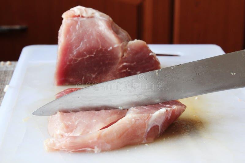 Couper en tranches la nourriture préparée par bifteck de viande crue photographie stock libre de droits