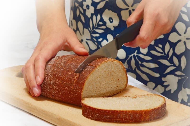 Couper en tranches le pain photographie stock libre de droits