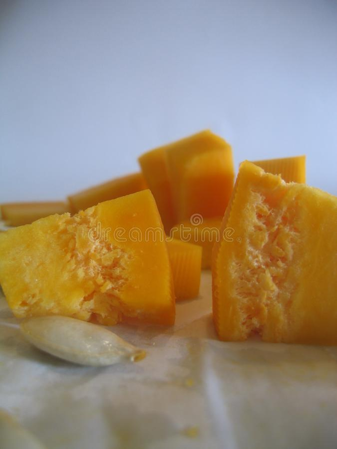 Couper en tranches le potiron orange pour le gruau image libre de droits