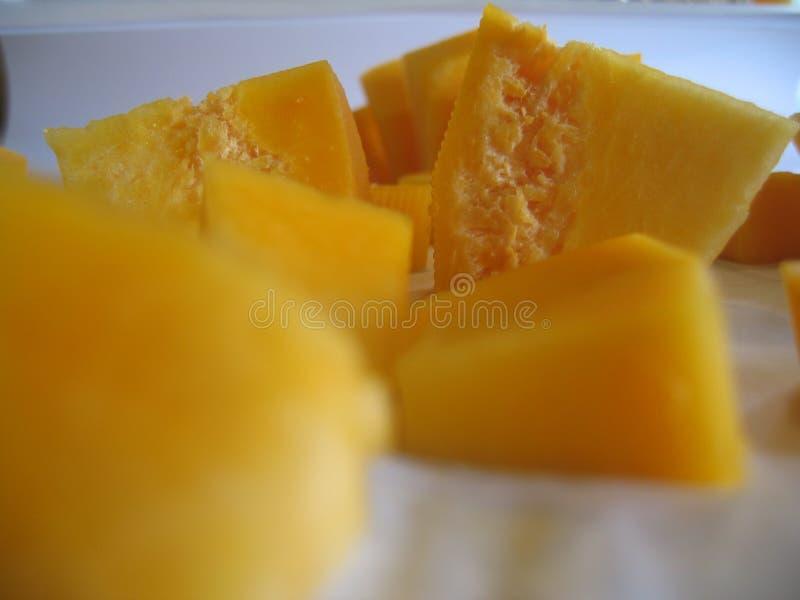 Couper en tranches le potiron orange pour le gruau photographie stock