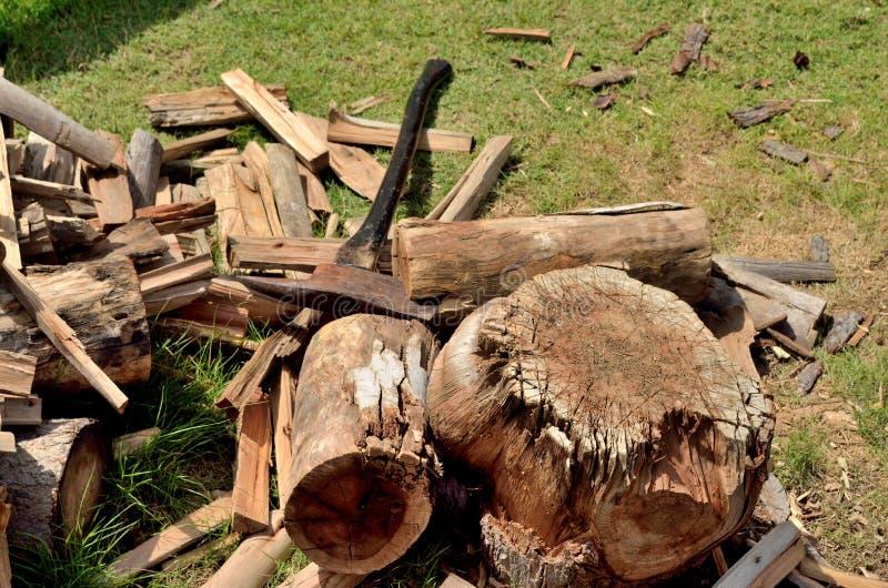 Couper le bois de chauffage image stock image du hardwood hache 26080369 - Machine couper bois chauffage ...