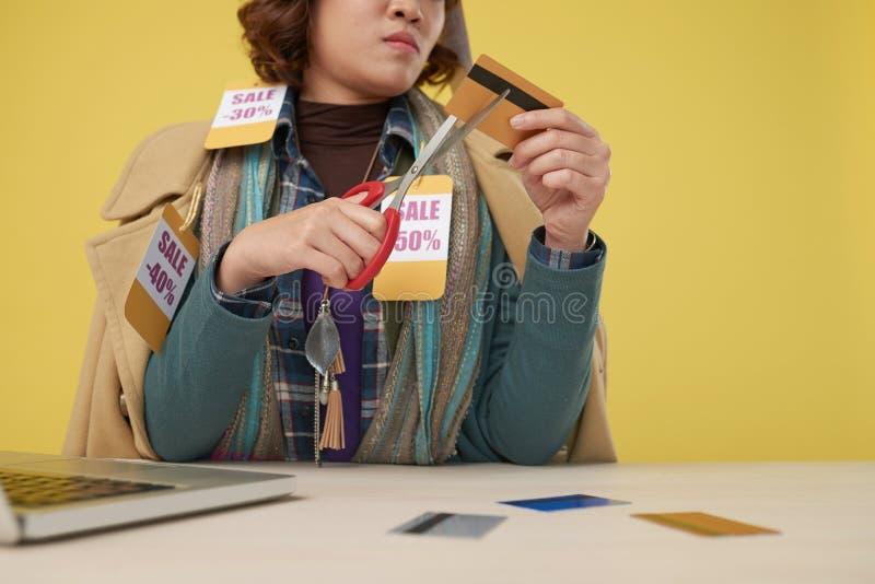 Couper par la carte de crédit images libres de droits