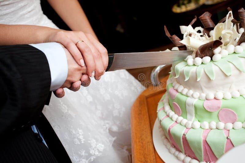 Couper un gâteau de mariage images libres de droits