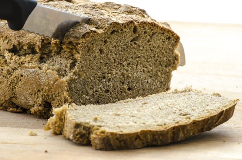 Couper un pain image stock