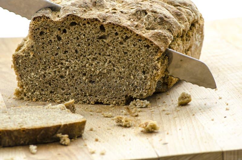 Couper un pain fait maison photographie stock libre de droits