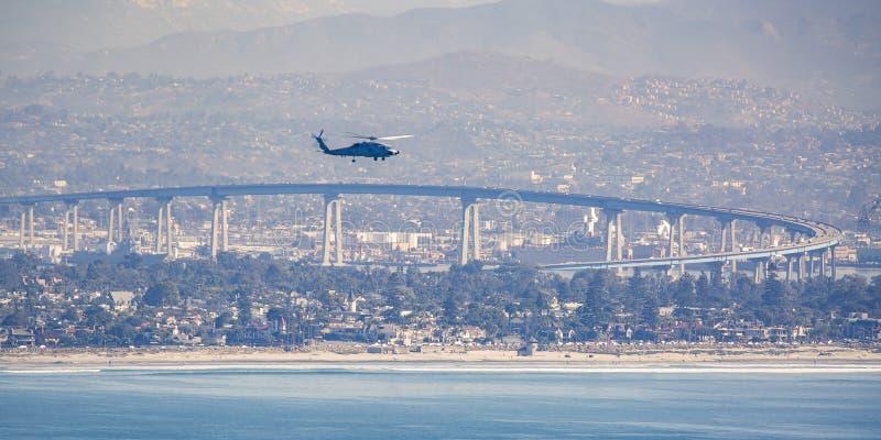 Couperet en ciel de San Diego au-dessus de pont de Coronado photo libre de droits