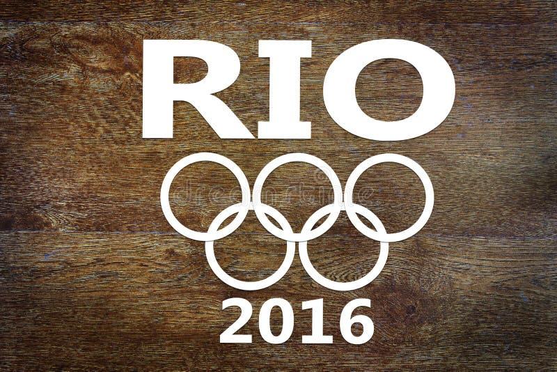 Coupes de papier au sujet des Jeux Olympiques en Rio de Janeiro sur le fond en bois images libres de droits