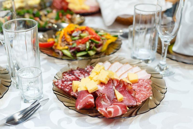 Coupes froides de viande sur une table de banquet photographie stock libre de droits