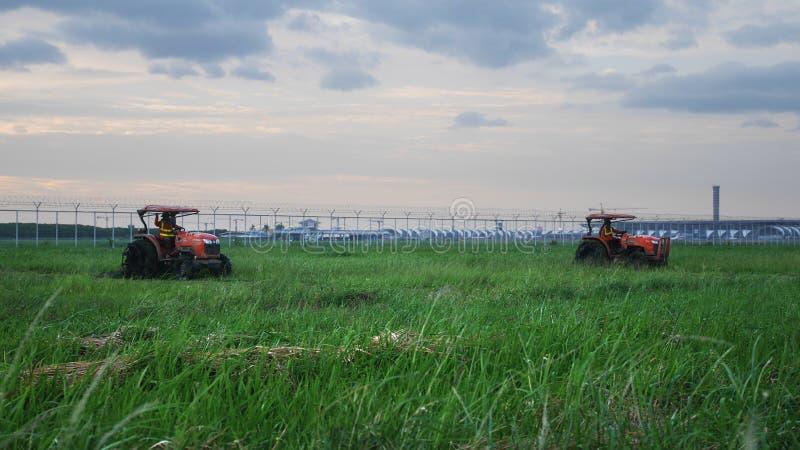 Coupeur d'herbe de tracteurs à l'aéroport de Suvarnabhumi images stock