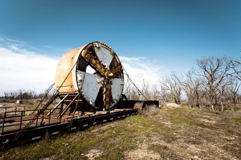 Coupeur de fraisage pour la machine de perçage d'un tunnel dans un domaine contre un ciel nuageux photo libre de droits