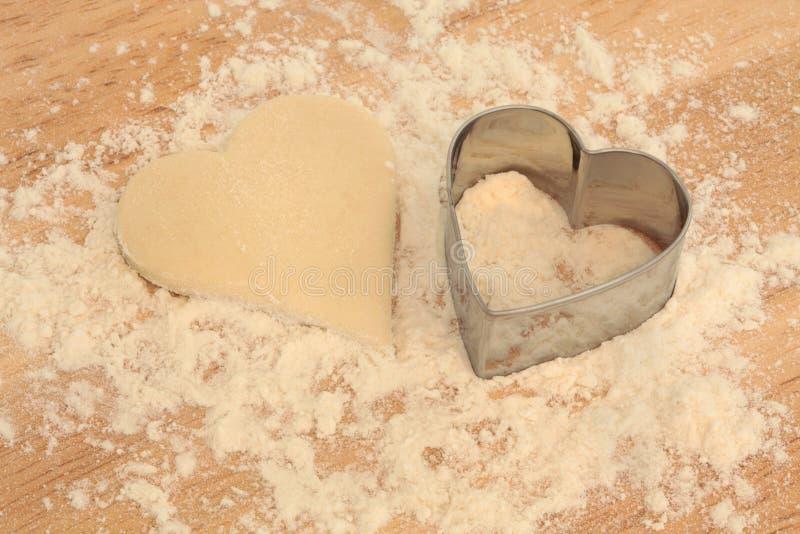 Coupeur en forme de coeur de biscuit photos stock