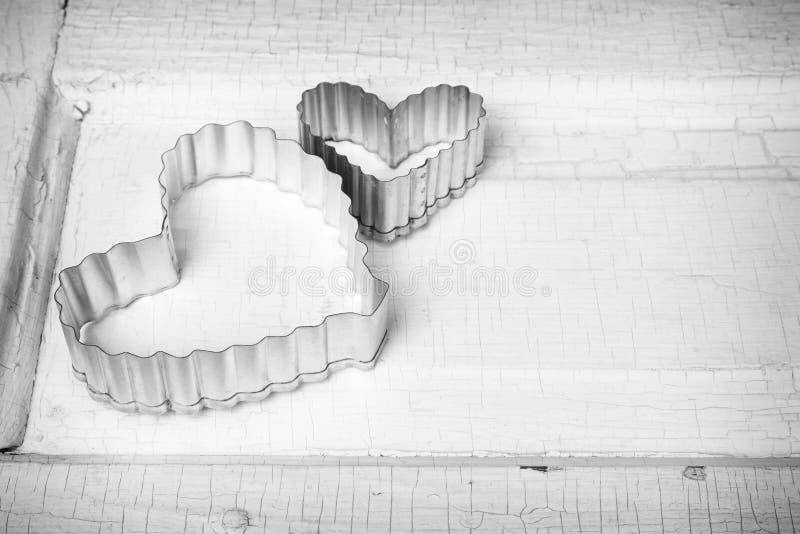 Coupeur en forme de coeur de biscuit en métal photographie stock libre de droits