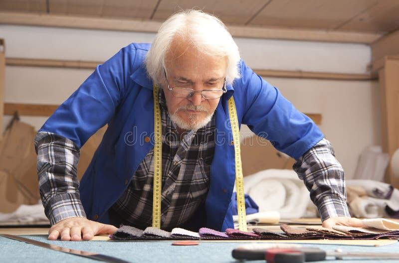 Coupeur fonctionnant dans l'usine de meubles images libres de droits