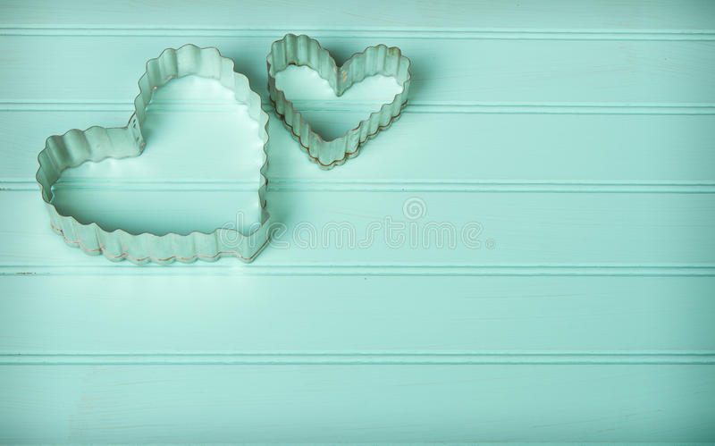 Coupeurs en forme de coeur de biscuit en métal images stock