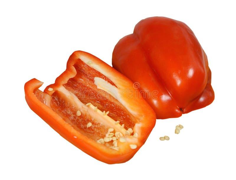 Coupez dans deux moitiés du fruit du poivron doux rouge images libres de droits
