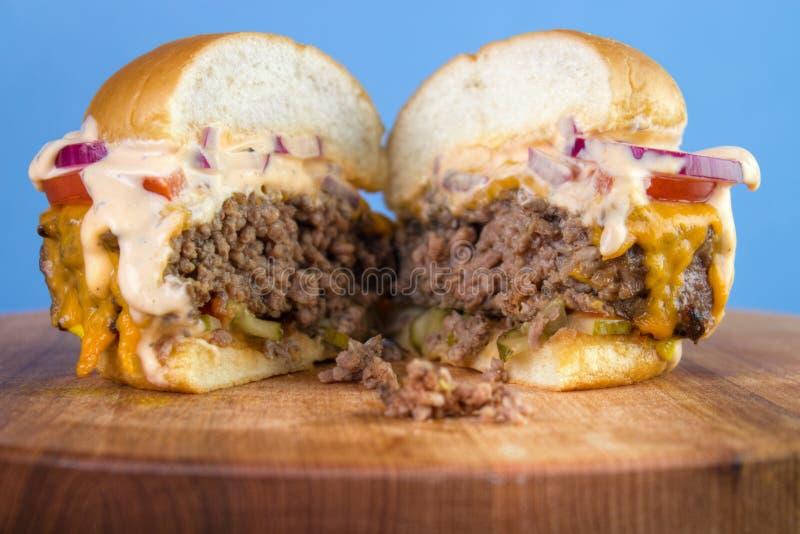 Coupez l'hamburger photos libres de droits